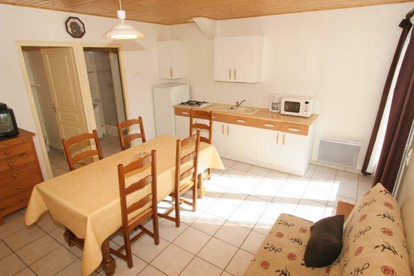 Pièce de vie avec coin cuisine et salle à manger dans le gite à saint jean de monts