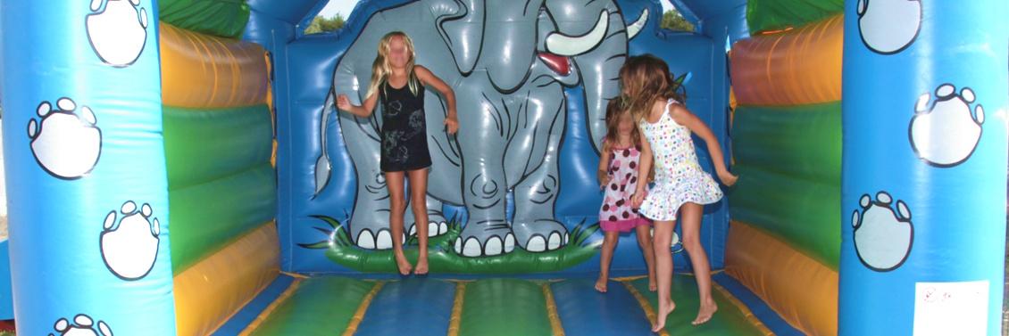 Camping saint jean de monts avec aire de jeux et structure gonflable pour les enfants