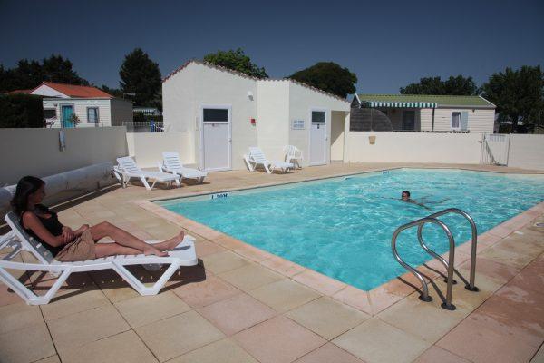 Piscine chauffée du camping le logis avec bains de soleil et terrasse
